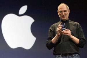 JGM03. SAN FRANCISCO (CA,EEUU), 05/10/11 .- Fotografía de archivo del 9 de enero de 2007 que muestra a Steve Jobs durante la presentación del nuevo iPhone, en el Macworld Expo en San Francisco, California (EEUU). Steve Jobs, el fundador de Apple y una figura icónica que transformó los hábitos de consumo de varias generaciones con productos como el iPod, el iPhone o el iPad, falleció confirmó hoy, miércoles 5 de octubre de 2011, la compañía. EFE/JOHN G. MABANGLO