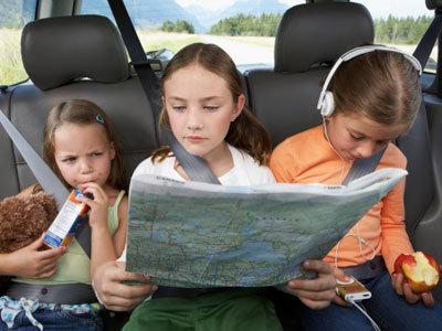 Revisa-el-coche-con-tu-hijo-antes-de-viajar_reference
